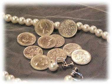 イギリス女王、エリザベス2世の6ペンス硬貨 幸せな結婚の為のイギリスの古いコイン