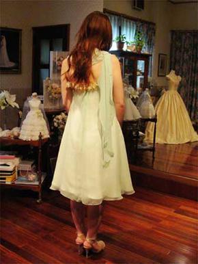 ドレスの仕上げと、おそろいのストール作り。 ストールにはビーズをあしらって