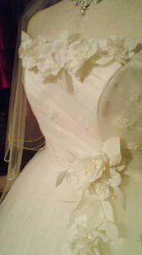 アートフラワーをあしらった愛らしいウェディングドレス