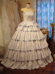ブルーのコットンレースのドレス。可愛らしいティアードに