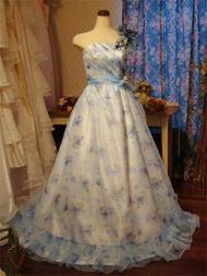 淡いブルーに花柄のオーガンジーのドレス。ベースはミルク色で、花が引き立つように。