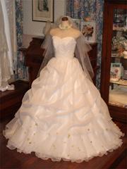 可愛らしいウェディングドレス。オーガンジーのふわふわスカート。アートフラワーのグリーンリーフでポイントを。