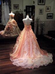 大きなアートフラワーがポイントの華やかなオレンジ色のカラードレス。