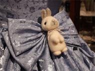 羊毛で作られた可愛らしいウサギをドレスに♪
