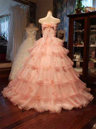 淡いピンクのオーガンジーのオーバードレス
