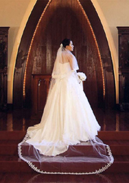 ハウス・オブ・ブランセのチャペルにて。上質なシルクサテンのシンプルなウェディングドレス。 お気に入りのレースをあしらったベール。