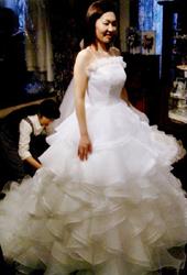 フリルがいっぱいのふわふわのウェディングドレス。