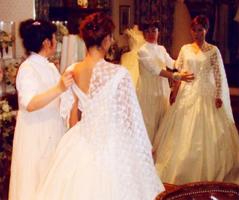 ウェディングドレスのレース選び。ドレスに合わせてイメージを確認します。