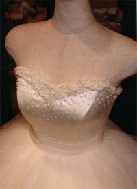胸元にたっぷりのビーズ、スパンコール、パールをあしらったウェディングドレス。