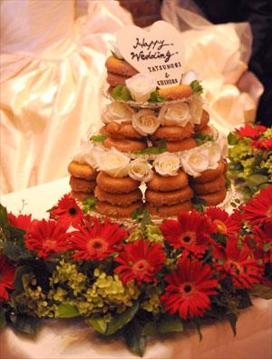 3段のケーキスタンドにドーナッツを使った可愛らしいウェディングケーキ
