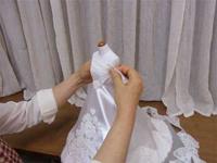 ミニチュアのウェディングドレスを着せたミニトルソーの製作の様子