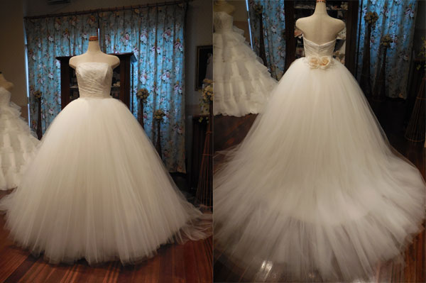 ほんのりミルク色で透明感のあるシンプルでエアリーなウェディングドレス