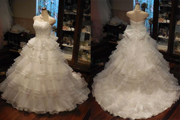 身頃にはコード―レースを使用、スカートはフリルいっぱいのティアードに仕立てたふわふわ可愛らしいウェディングドレス