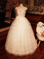可愛らしいクラシックなウェディングドレス。バラのチュールレースが愛らしい、ふわふわのスカート。ポイントはアートフラワーで。
