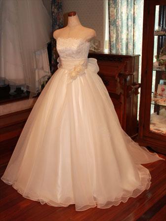 オーガンジーをたっぷりと使ったふわふわのミルク色のウェディングドレス バラのレースと巻き薔薇で愛らしく♪バックスタイルは大きなリボントレーンです。